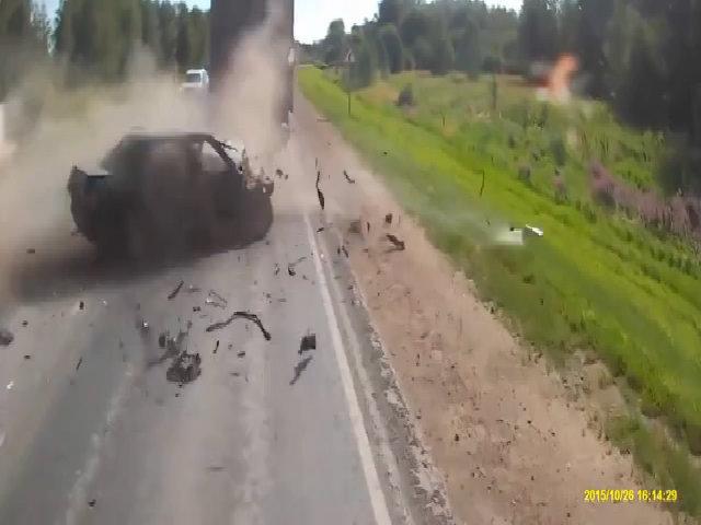 Xe tải đâm nát ôtô vượt lấn làn