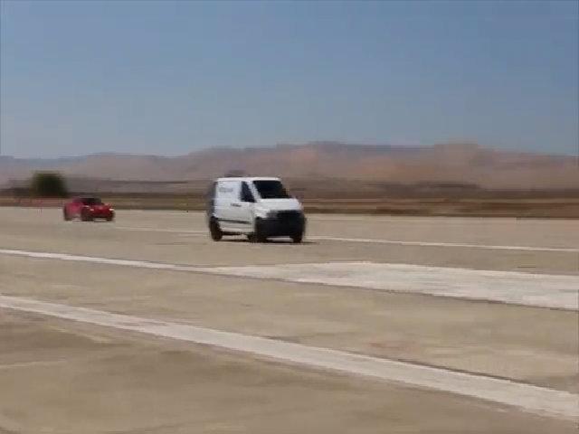 Xe van chạy điện nhanh hơn cả Ferrari