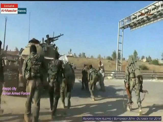 Lính Syria lóng ngóng học chiến thuật đi theo xe tăng