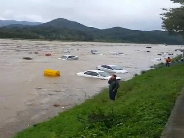 Một loạt ôtô bị cuốn trôi trên sông