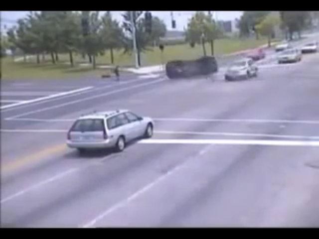 Người đi bộ gặp nạn vì ôtô vượt đèn đỏ