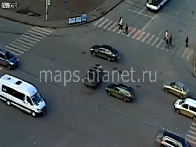 Ôtô vượt đèn đỏ đâm chết người phụ nữ sang đường: