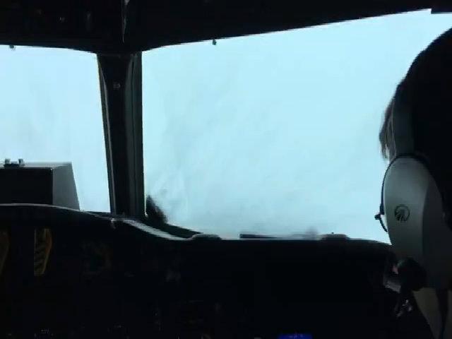 Phi cơ Mỹ bay xuyên mưa vào tâm bão ở Caribbean