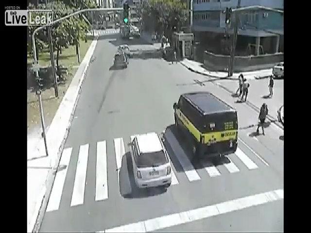Thanh niên đi xe đạp vượt đèn đỏ bị ôtô đâm tử vong