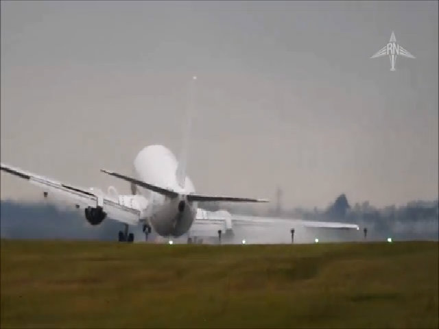 Máy bay chao đảo vì gió lớn trên đường băng Czech