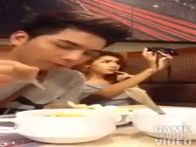 Cô gái bị bạn trai đánh vì mải chụp ảnh trên bàn ăn