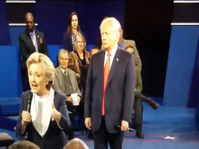 Khoảnh khắc Trump đứng sau Clinton được ví như phim kinh dị