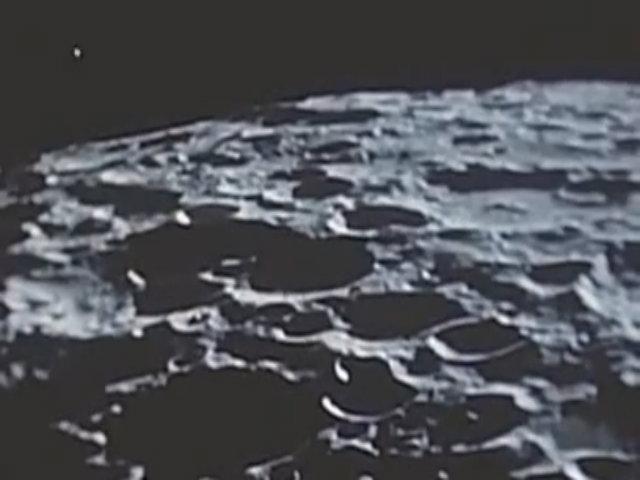 Những quả cầu phát sáng nghi là UFO bay trên Mặt Trăng