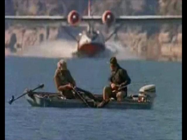 Thót tim vì suýt bị máy bay đâm khi đang câu cá