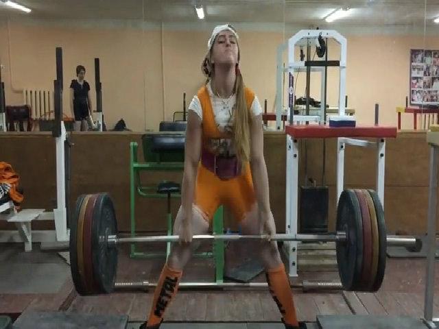 Cô gái nổi tiếng nhờ khuôn mặt Barbie và thân hình cơ bắp