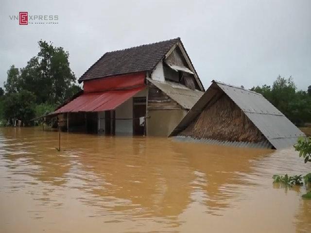 Nước lụt bao vây nghìn người dân ở Hà Tĩnh