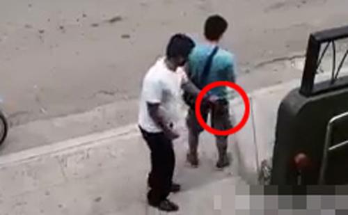 Chàng trai trả lại ví tiền và xin tha thứ sau khi phát hiện camera