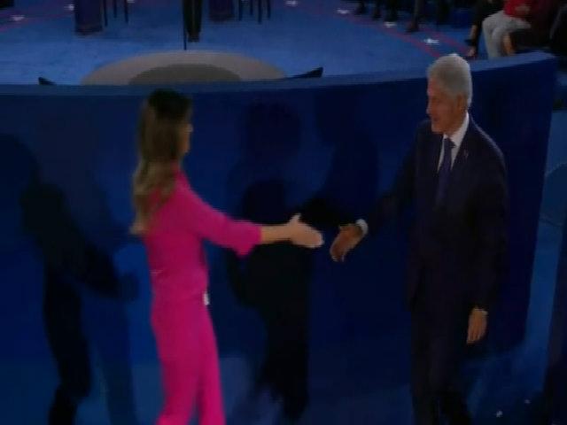 Bill Clinton bắt tay vợ Donald Trump trước cuộc tranh luận tổng thống lần hai
