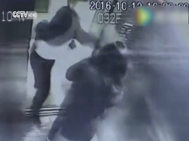Côn đồ Trung Quốc đánh phụ nữ trong thang máy