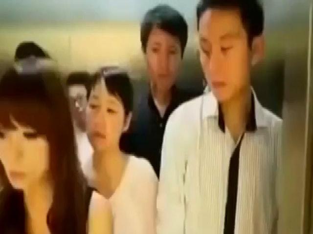 Người đẹp buộc cởi hết đồ khi thang máy báo quá tải
