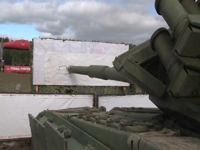 Lính Nga dùng xe tăng T-72B3 vẽ tranh, cắt táo