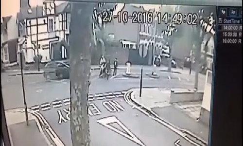 Tài xế húc bay người đi bộ rồi xuống xe bỏ chạy