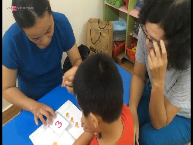 Bé Phong học đếm cùng cô giáo