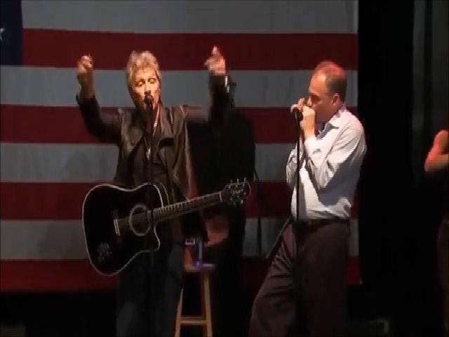 Phó tướng của Clinton thổi harmonica cho Bon Jovi hát