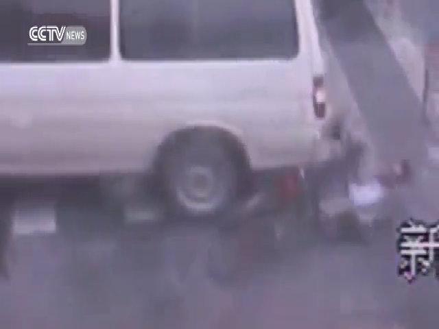 Nữ tài xế lùi ôtô chèn lên người đi xe đạp
