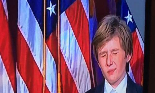 Con trai Donald Trump gà gật vì buồn ngủ khi bố phát biểu chiến thắng
