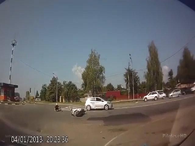 Ôtô húc văng xe máy ở vòng xoay