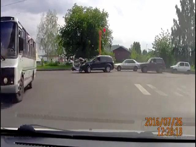 Xe máy lao thẳng vào đầu ôtô