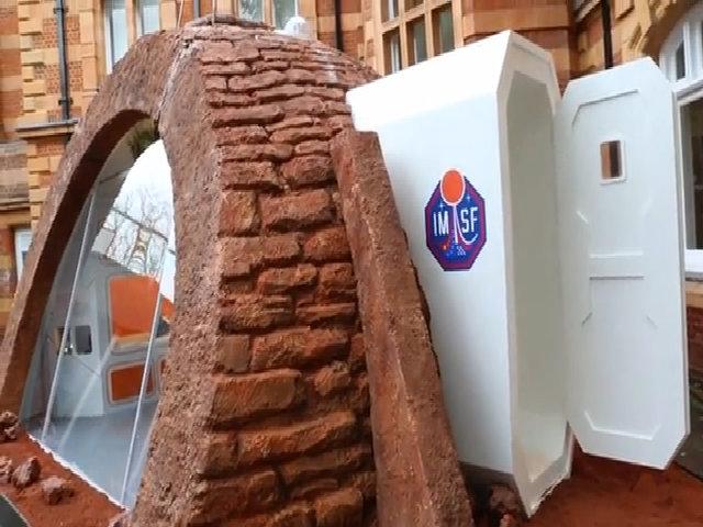 Anh trưng bày mô hình nhà ở trên sao Hỏa trong tương lai