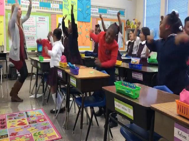 Cô giáo Mỹ chế nhạc cho học sinh nhảy múa mỗi sáng