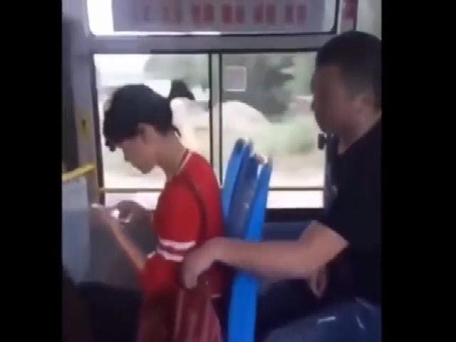 Thanh niên trả giá vì móc túi người đẹp trên xe buýt