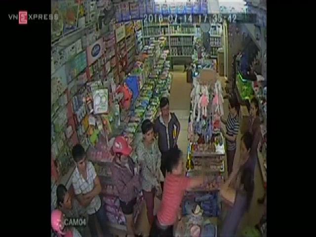 Người đàn ông ném sữa siêu thị ra đường