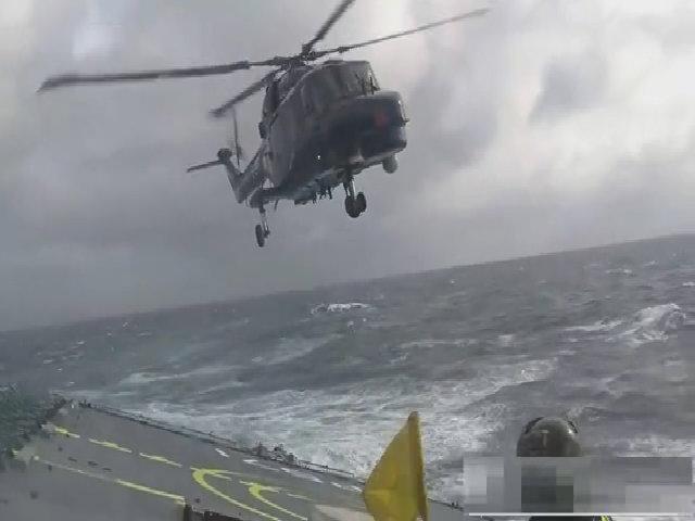 Trực thăng Lynx hạ cánh trên tàu giữa cơn bão mạnh
