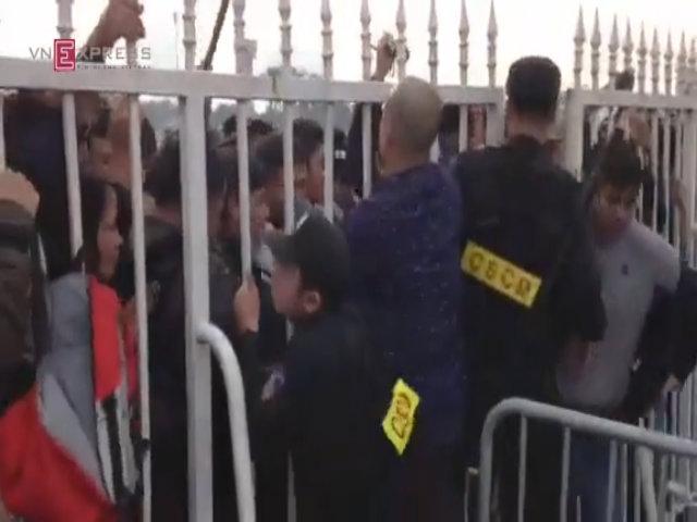 Tại sao người Indonesia không phải xếp hàng suốt đêm để mua vé xem AFF Cup như người Việt?