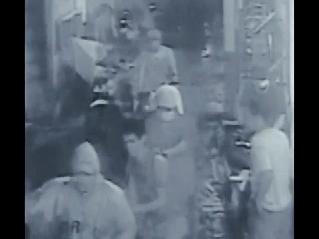 Nghi phạm ma túy Philippines bị người bịt mặt đưa lên xe