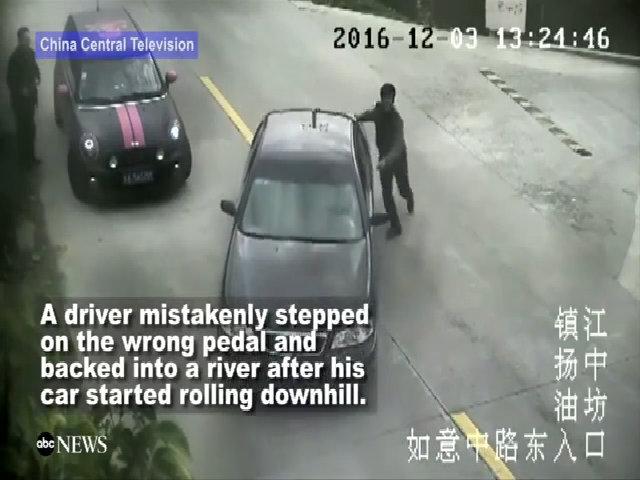 Tài xế vô tình lùi xe xuống sông