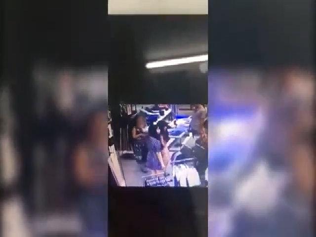 Cô gái mất điện thoại khi bị người phụ nữ mang bầu áp sát