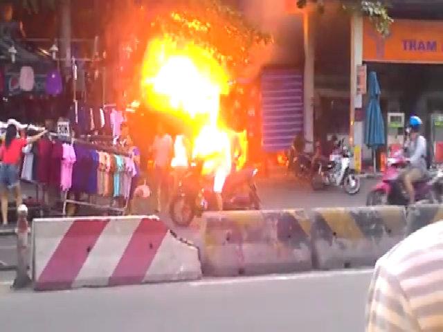 Cây xăng ở Sài Gòn cháy ngùn ngụt