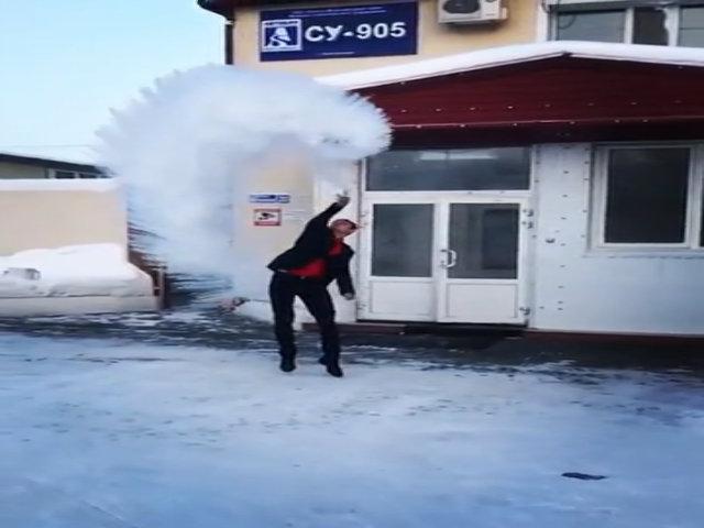 Nước sôi đóng băng lập tức trong nhiệt độ -50 độ C