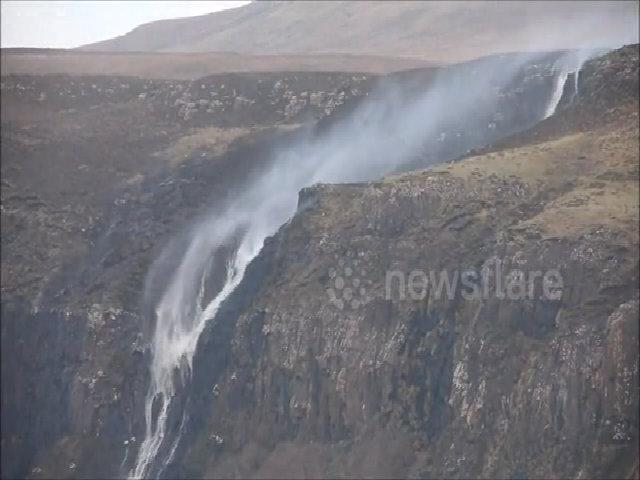 Thác nước chảy ngược lên trời do gió bão ở Scotland