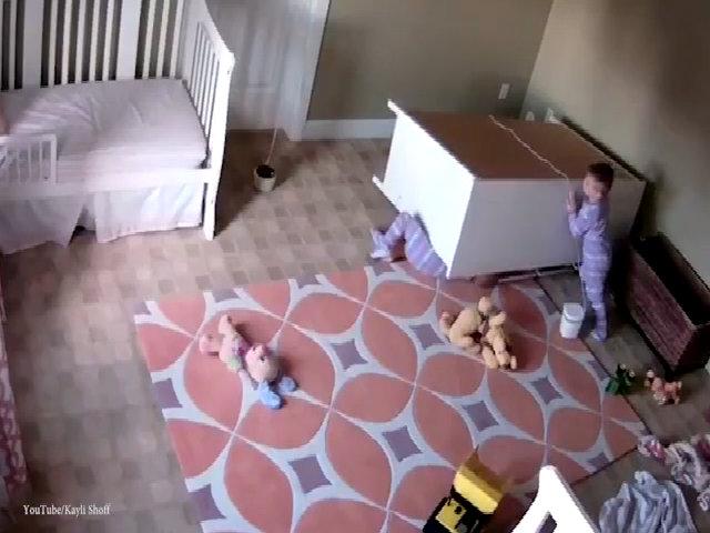Bé sinh đôi 2 tuổi đẩy tủ cứu em trai bị đè