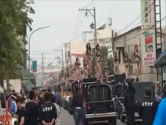 50 chân dài múa cột trên 50 xe hơi trong lễ tang quan huyện Đài Loan
