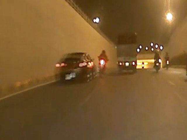 Biker phóng bạt mạng bị ôtô tông văng lộn 5 vòng