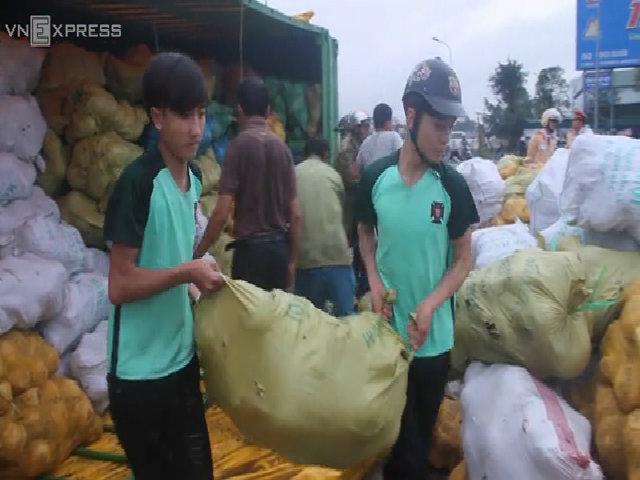 Người dân Hà Tĩnh gom 30 tấn dừa đổ giữa đường giúp tài xế container