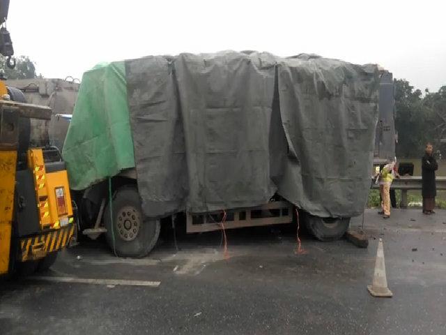 Xe tải đâm đuôi xe Container, ba người thương vong