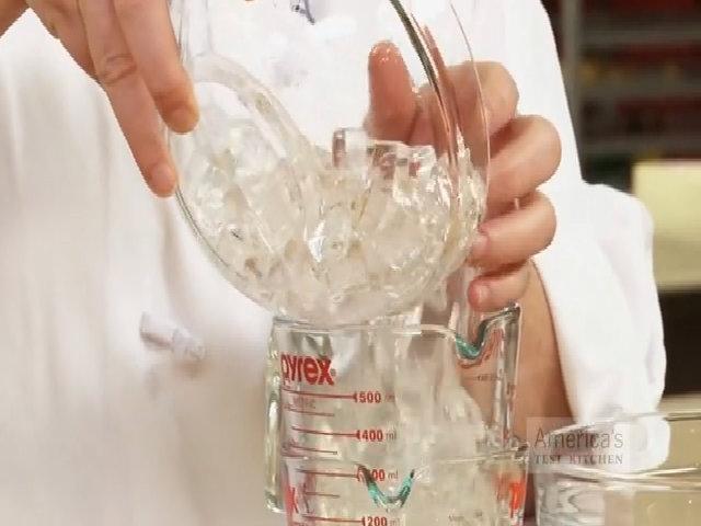 Tách 2 cốc thủy tinh dính vào nhau