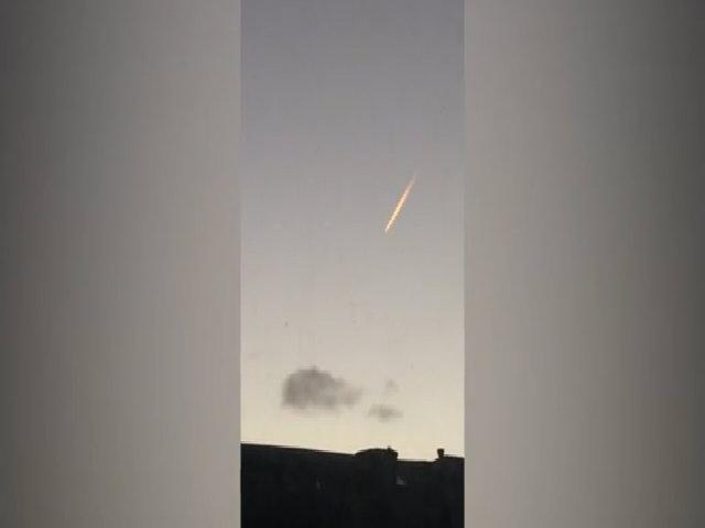 Cầu lửa dài lơ lửng trên bầu trời Anh suốt 15 giây