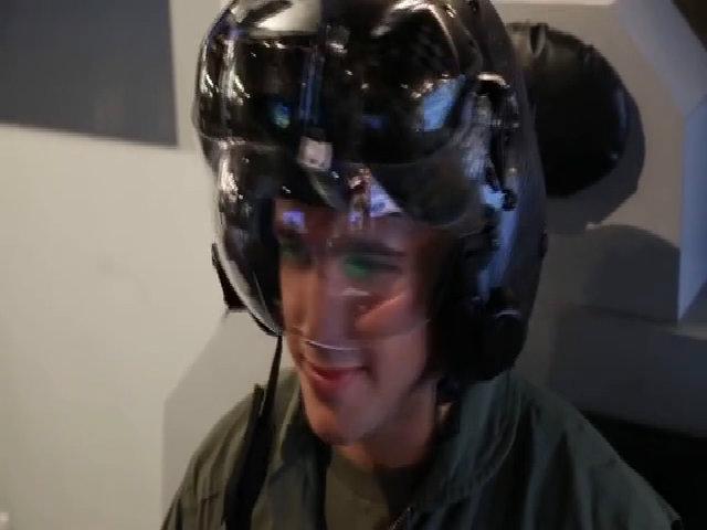 Mũ bảo hiểm trị giá 400.000 USD của phi công F-35 Mỹ