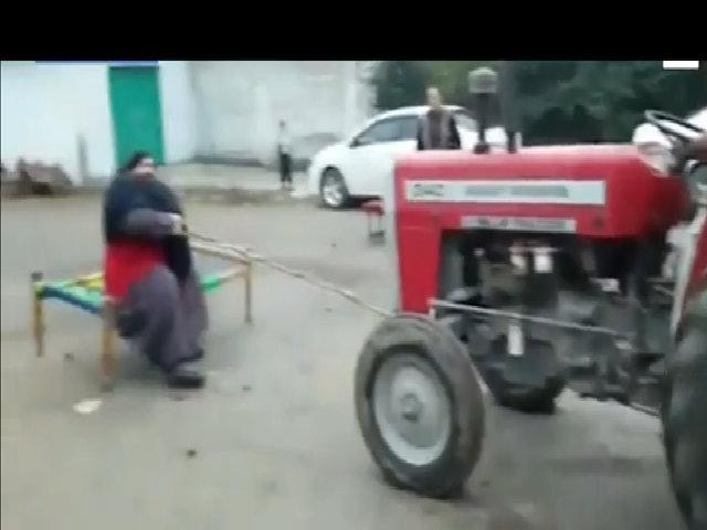 Người khổng lồ Pakistan nặng 436 kg đọ sức với máy kéo