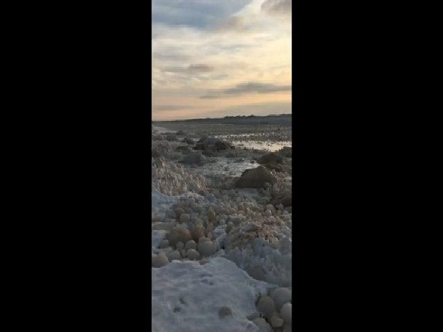 Hàng trăm quả cầu băng phủ kín bờ hồ Mỹ