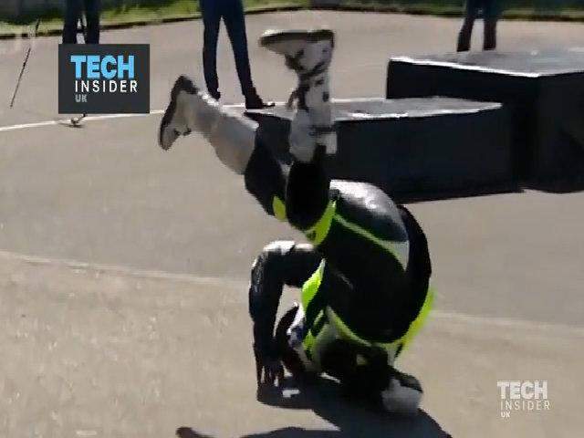 Áo khoác tự phồng cứu mạng lái xe máy gặp nạn trên đường